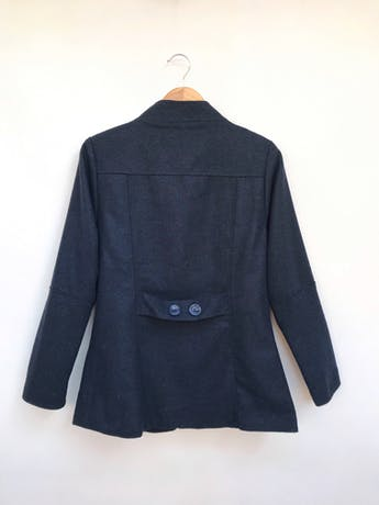 Abrigo Malabar azul tipo paño, forrado, bolsillos laterales y botones estilo cacho de toro negros. Precio original S/ 170 Talla M foto 2