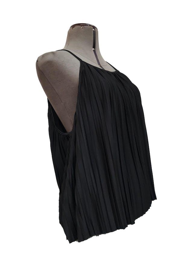 Blusa Zara de tiras, negra de tela plisada, suelta orginal S/ 125 Talla S/M foto 2