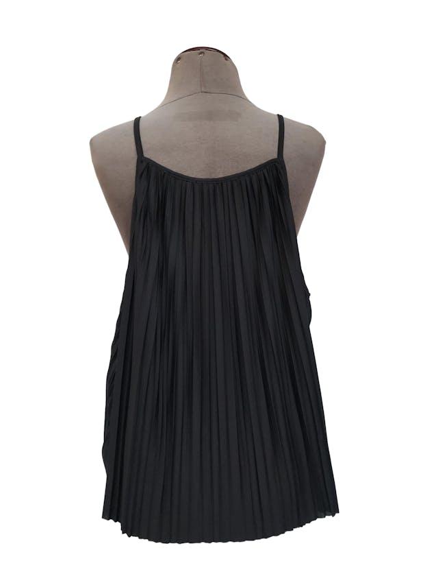 Blusa Zara de tiras, negra de tela plisada, suelta orginal S/ 125 Talla S/M foto 3
