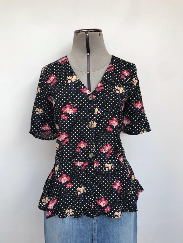 Blusa Marquis de viscosa negra con estampado de dots blancos y flores, escote en V, botones en el centro y basta tipo peplum Talla S foto 1