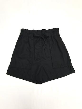Short H&M negro 100% lyocell, a la cintura corte paper bag, elástico en la cintura, lazo y bolsillos delanteros. Precio original S/ 130 Talla S (8) foto 1