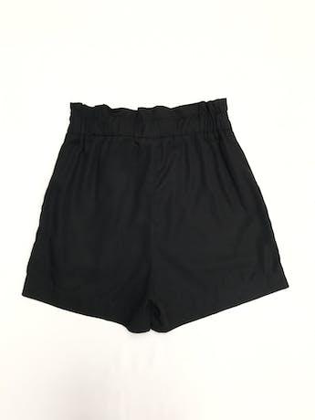 Short H&M negro 100% lyocell, a la cintura corte paper bag, elástico en la cintura, lazo y bolsillos delanteros. Precio original S/ 130 Talla S (8) foto 2