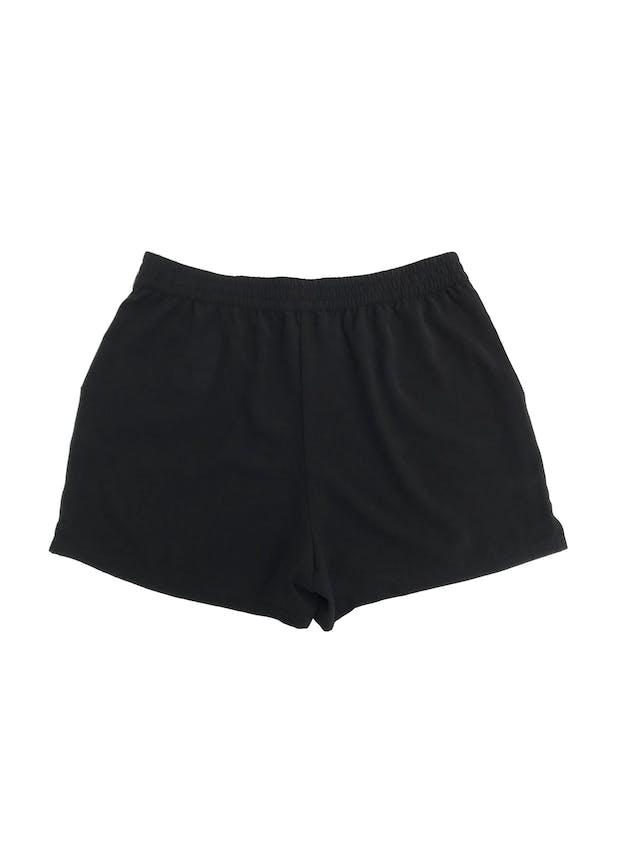 Short Only negro tipo crepé, tiene bolsillos y cintura elástica. Fresco y cómodo! Talla S foto 2