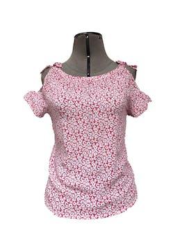 Blusa rosada con flores blancas, lazos y aberturas en los hombros Talla XS foto 1