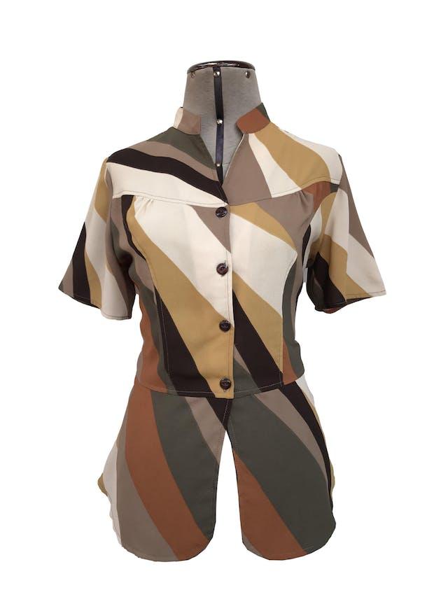 Blusa de gasa gruesa en tonos tierra, escote en V con botones, corte a la cintura y basta tipo peplum. Arma lindo! Talla M foto 1