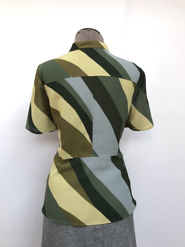 Blusa de gasa gruesa en tonos verdes y celestes, escote en V con botones, corte a la cintura y basta tipo peplum. Arma lindo! Talla M foto 2