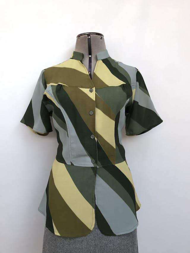Blusa de gasa gruesa en tonos verdes y celestes, escote en V con botones, corte a la cintura y basta tipo peplum. Arma lindo! Talla M foto 1