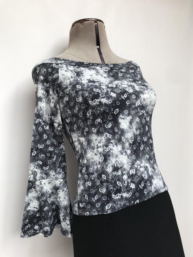 Polo gris y blanco con estampado de hojitas, cuello ojal, manga 3/4 con volante Talla S foto 2