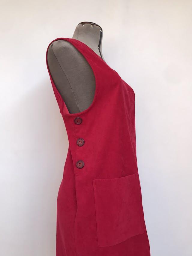 Vestido jumper R&K, tela tipo pana roja, corte recto, bolsillos delanteros y botones laterales Talla M foto 1