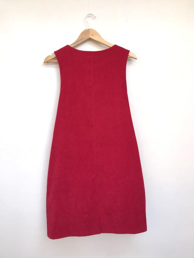 Vestido jumper R&K, tela tipo pana roja, corte recto, bolsillos delanteros y botones laterales Talla M foto 3