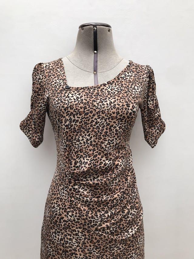 Vestido animal print cuello asimétrico con botón, mangas recogidas, cuerpo drapeado y volante en la basta. Largo 93cm foto 2
