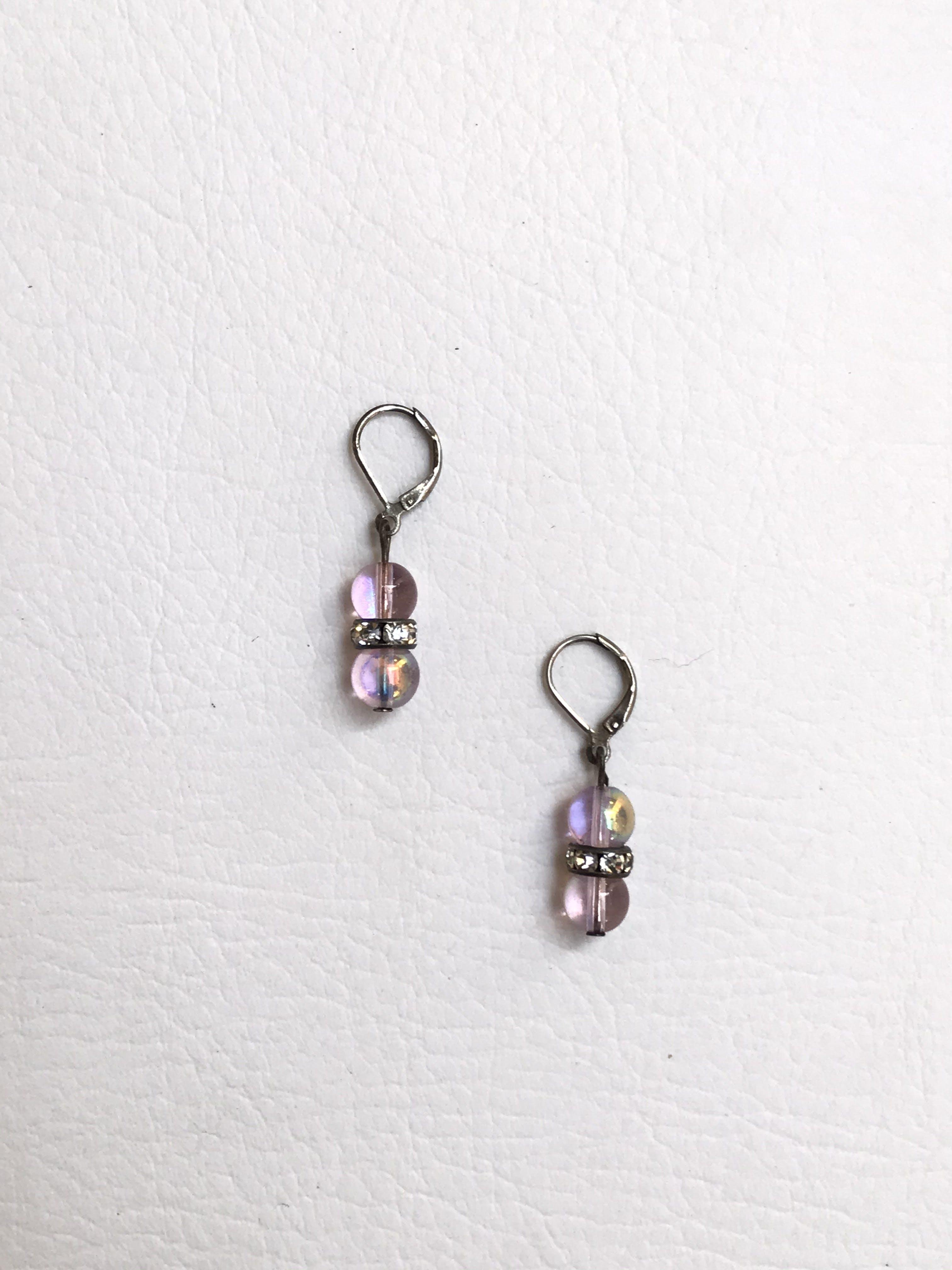 Arteres de dos bolitas acrílicas rosa con aro central con aplicaciones tipo diamante. Largo 3cm