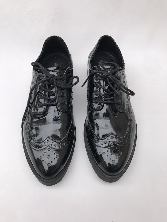 Zapatos Aldo modelo oxford negros de charol, taco 3cm. Estado 7/10 Precio original S/ 230 foto 2