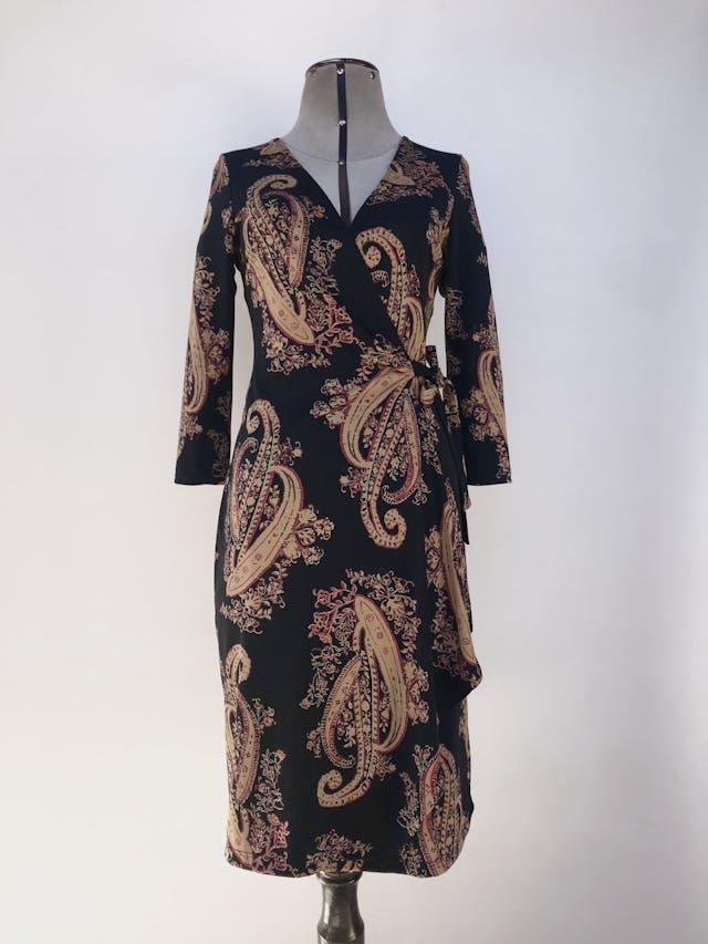 Vestido envolvente midi negro con estampado paisley dorado y rojo, se amarra al lado, manga 3/4 Talla S foto 1