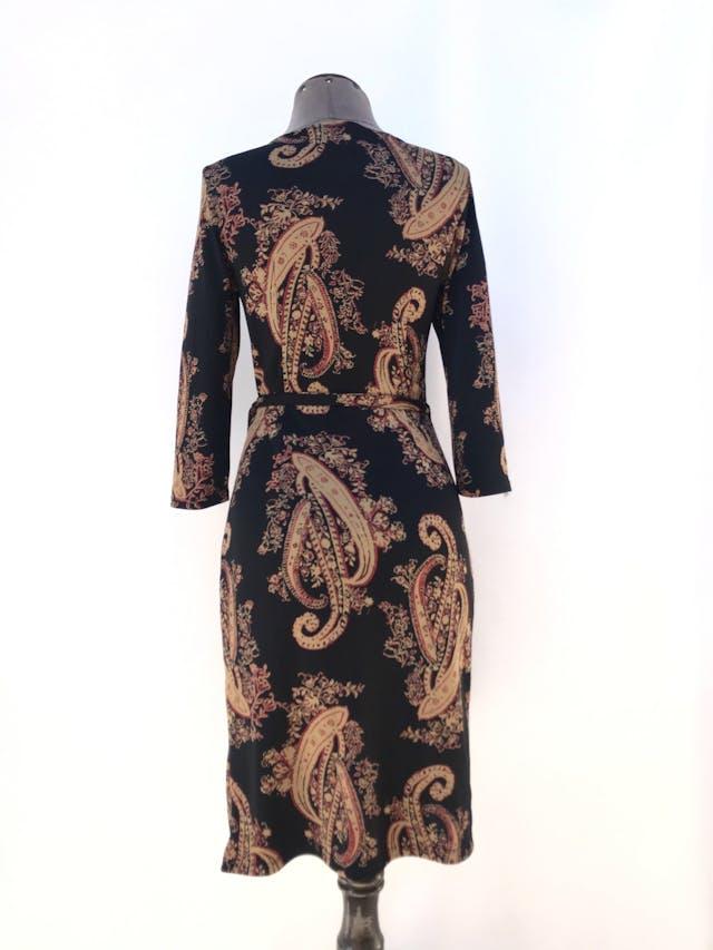 Vestido envolvente midi negro con estampado paisley dorado y rojo, se amarra al lado, manga 3/4 Talla S foto 2