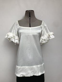 Blusa Coco Jolie crema con brocado al tono, puede ser off shoulder, lleva volantes en las mangas Talla M foto 1