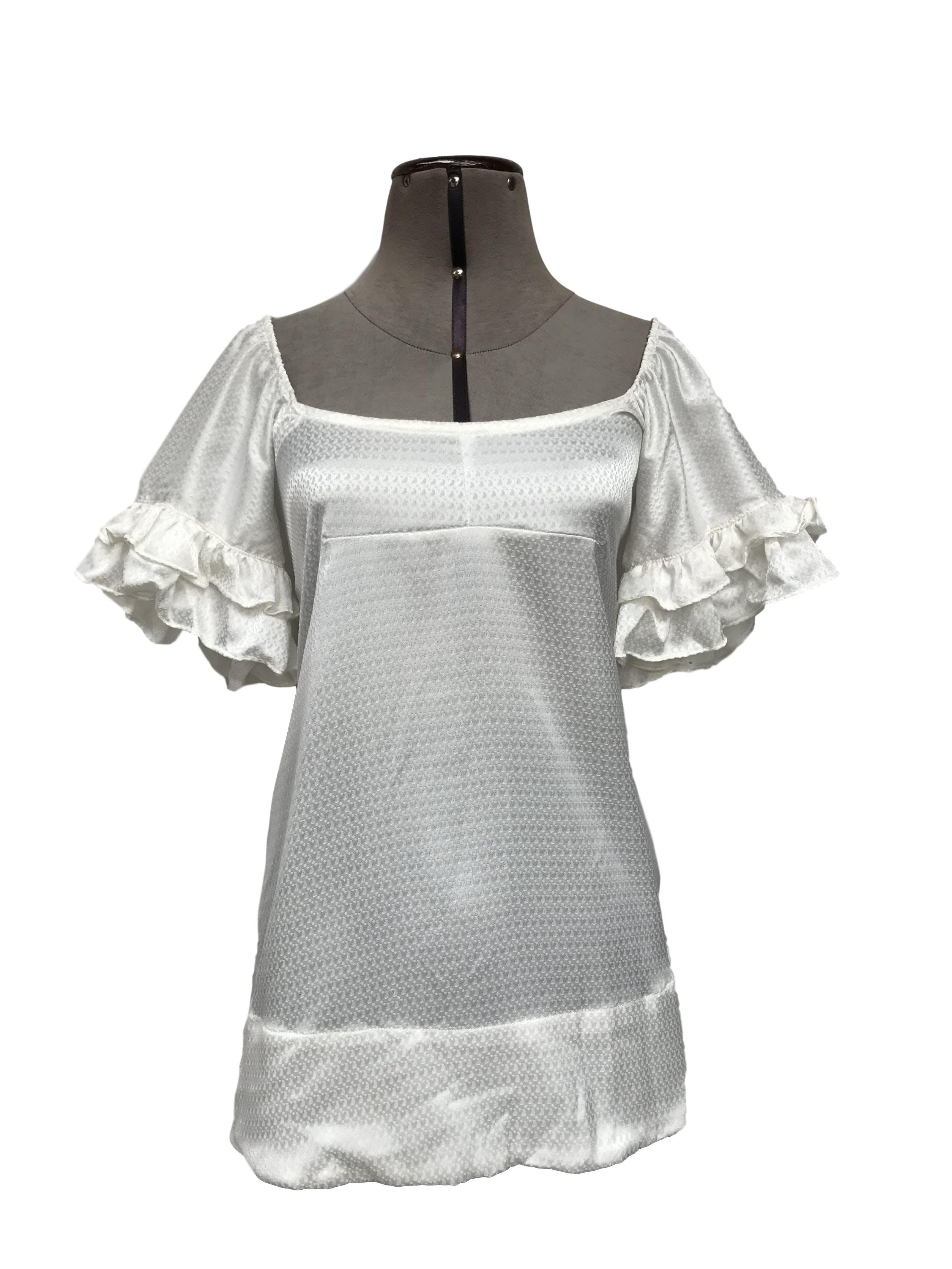 Blusa Coco Jolie crema con brocado al tono, puede ser off shoulder, lleva volantes en las mangas Talla M