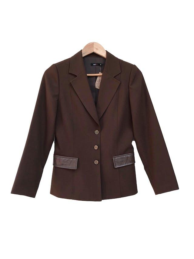 Blazer marrón tela tipo sastre con botones labrados y tapas de cuerina, lleva forro Talla M foto 1