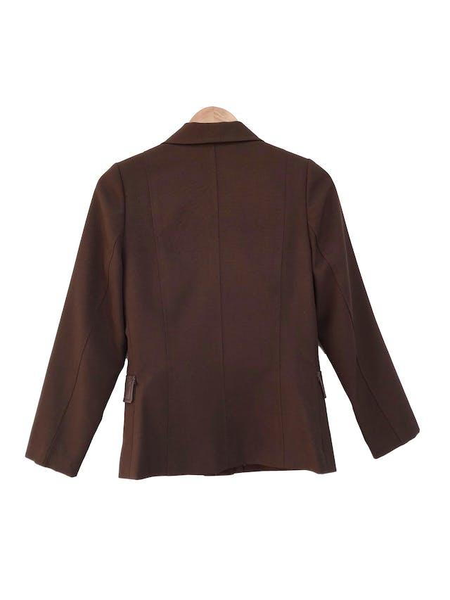 Blazer marrón tela tipo sastre con botones labrados y tapas de cuerina, lleva forro Talla M foto 2