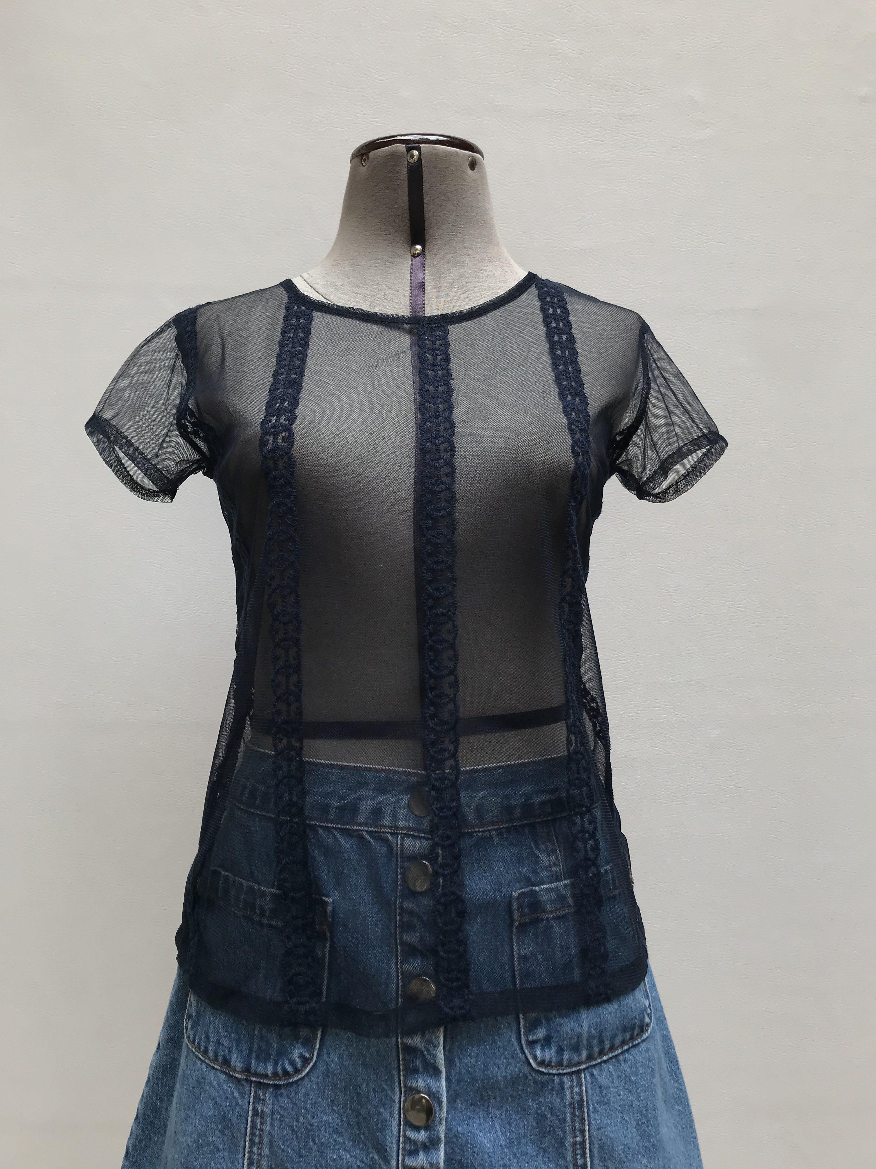 Blusa de tul azul con bordados verticales al tono, manga corta Talla XS