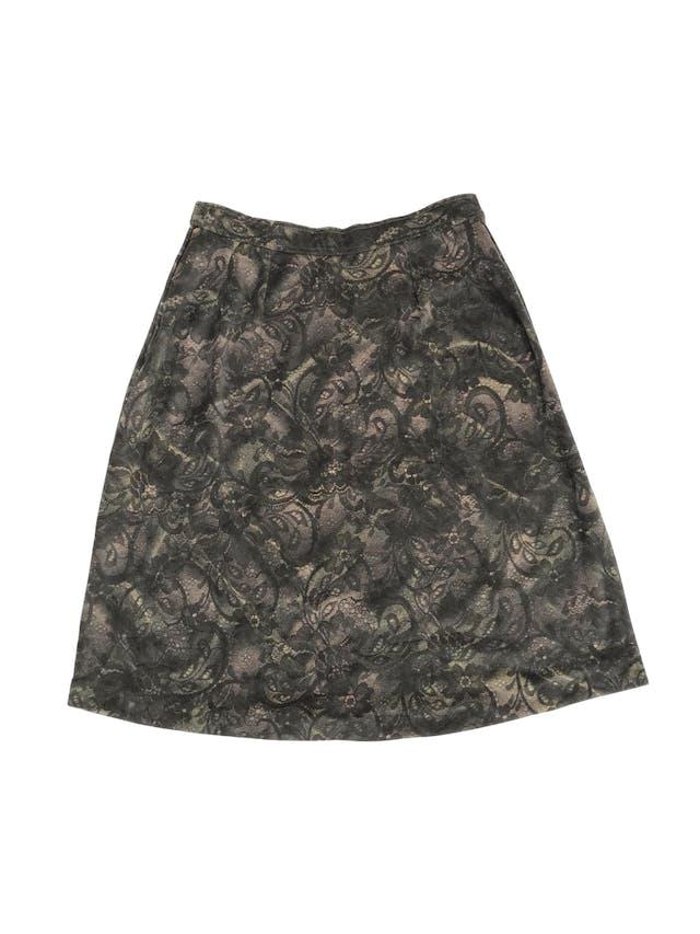 Falda vintage tipo plush estampado floral en tonos verdes y crema, pretina delgada con botón y cierre lateral, corte en A. Cintura 76cm Largo 64cm foto 2