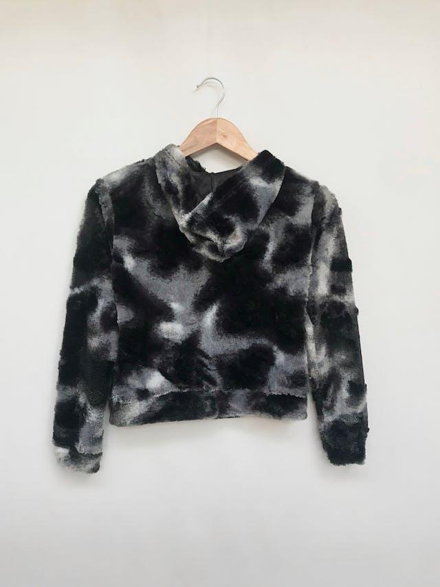 Casaca de peluche delgado en tonos negros y plomos, cierre plateado, bolsillos y tiene capucha Talla XS foto 2