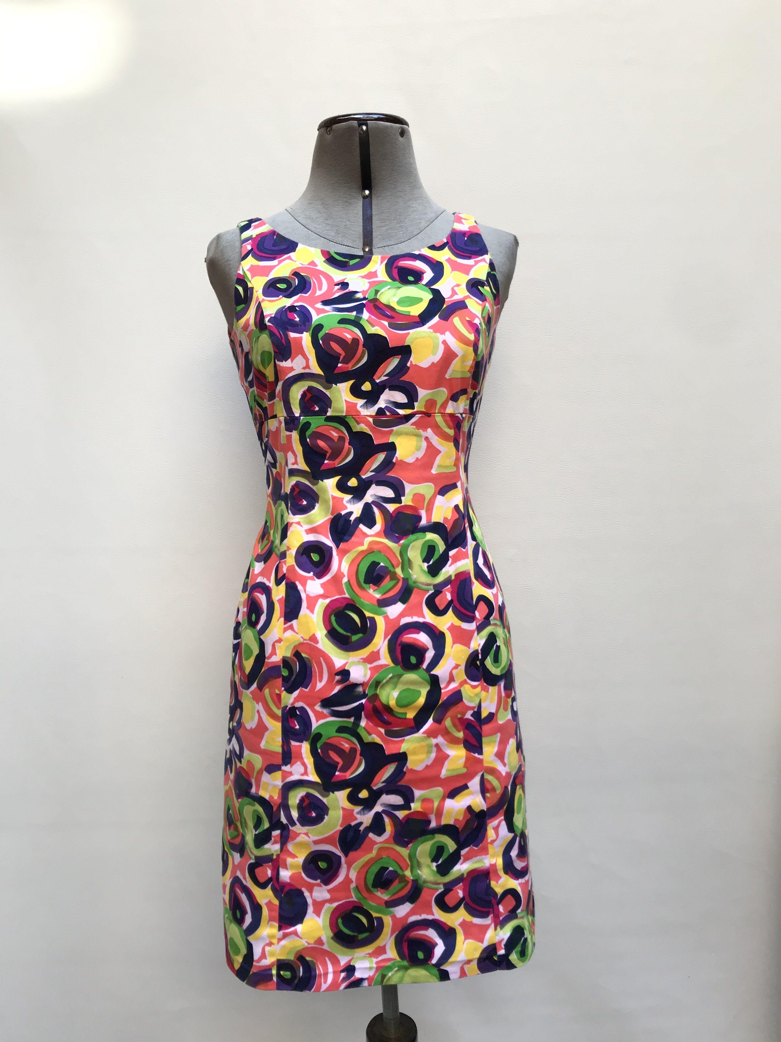 Vestido coral con estampado gráfico multicolor, corte recto, forrado, con cierre posterior, tela tipo algodón. Talla S