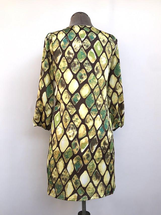 Vestido Maloko, marrón con estampado de rombos verdes y amarillos, 49% seda, corte recto, manga 3/4 con elástico. Precio original S/ 200 Talla S/M chico foto 2