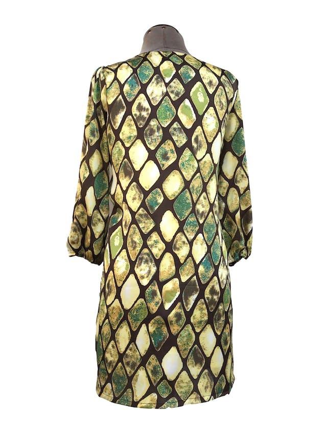 Vestido Maloko, marrón con estampado de rombos verdes y amarillos, 49% seda, corte recto, manga 3/4 con elástico. Precio original S/ 200Talla S/M chico foto 2