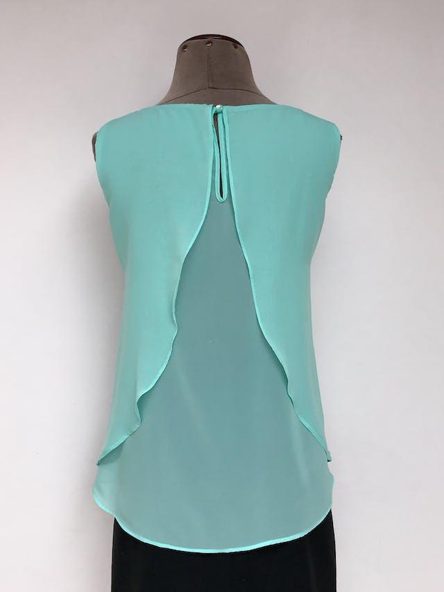 Blusa verde menta tela tipo gasa suave, abertura en la espalda, botón posterior en el cuello y forro  Talla M foto 2