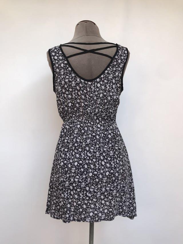 Vestido mini Now, negro con estampado de flores blancas, espalda con tiras cruzadas, elástico a la cintura, tela fresca Talla S foto 2
