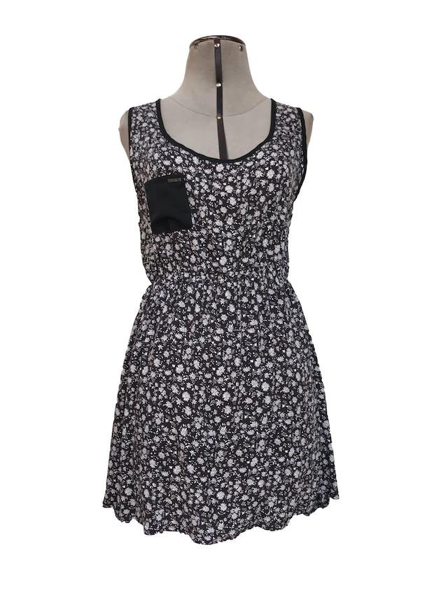 Vestido mini Now, negro con estampado de flores blancas, espalda con tiras cruzadas, elástico a la cintura, tela fresca Talla S foto 1