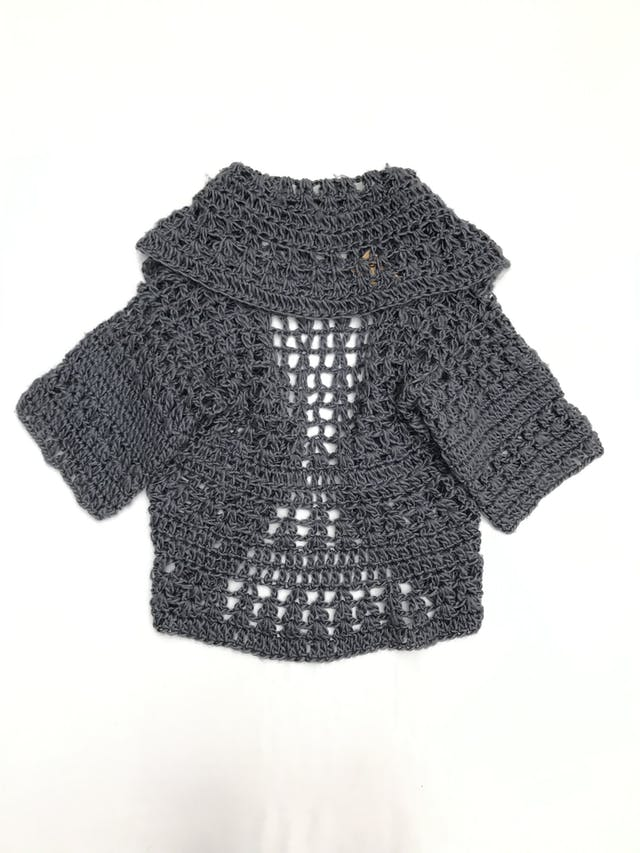 Chompa gris de tejido calado tipo lana, manga corta, modelo abierto Talla M foto 2