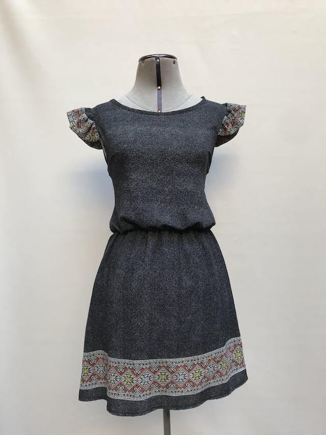 Vestido gris con cenefa tribal en la basta y manguitas, elástico en la cintura y escote gota en la espalda Talla S foto 1