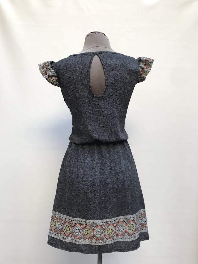 Vestido gris con cenefa tribal en la basta y manguitas, elástico en la cintura y escote gota en la espalda Talla S foto 2