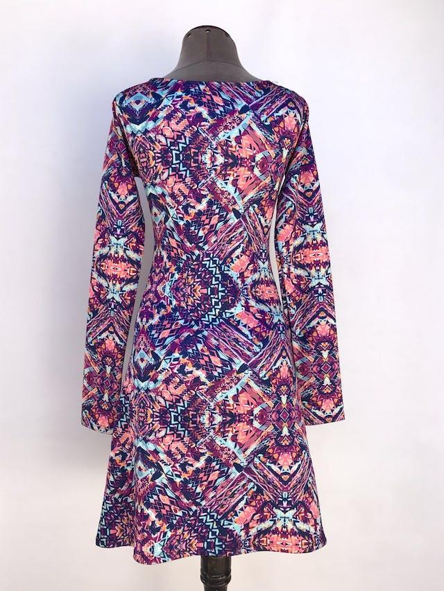 Vestido estampado tribal en tonos morados, azules y anaranjados, tela tipo neopreno delgado, falda en A Talla S foto 2