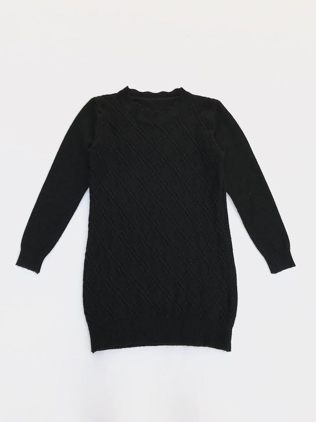 Chompa larga negra con textura de rombos adelante, cuello con ondas Talla S foto 1