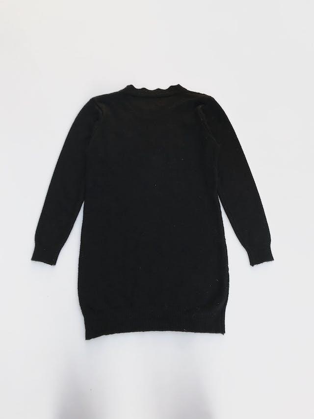 Chompa larga negra con textura de rombos adelante, cuello con ondas Talla S foto 2