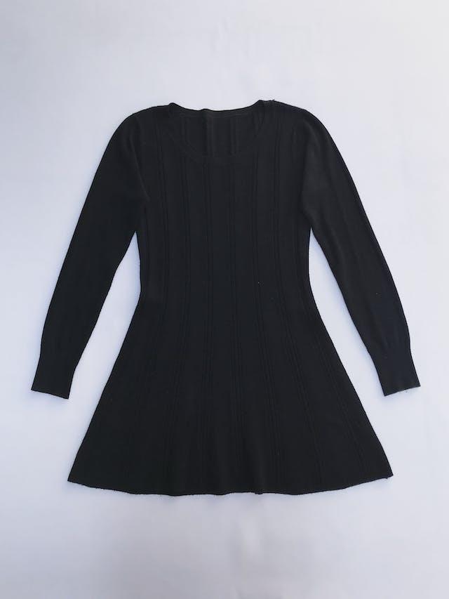 Chompa larga tipo vestido negra con franjas de textura trenzada y puntitos calados Talla S foto 1