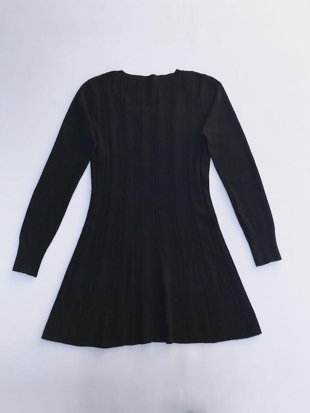 Chompa larga tipo vestido negra con franjas de textura trenzada y puntitos calados Talla S foto 2