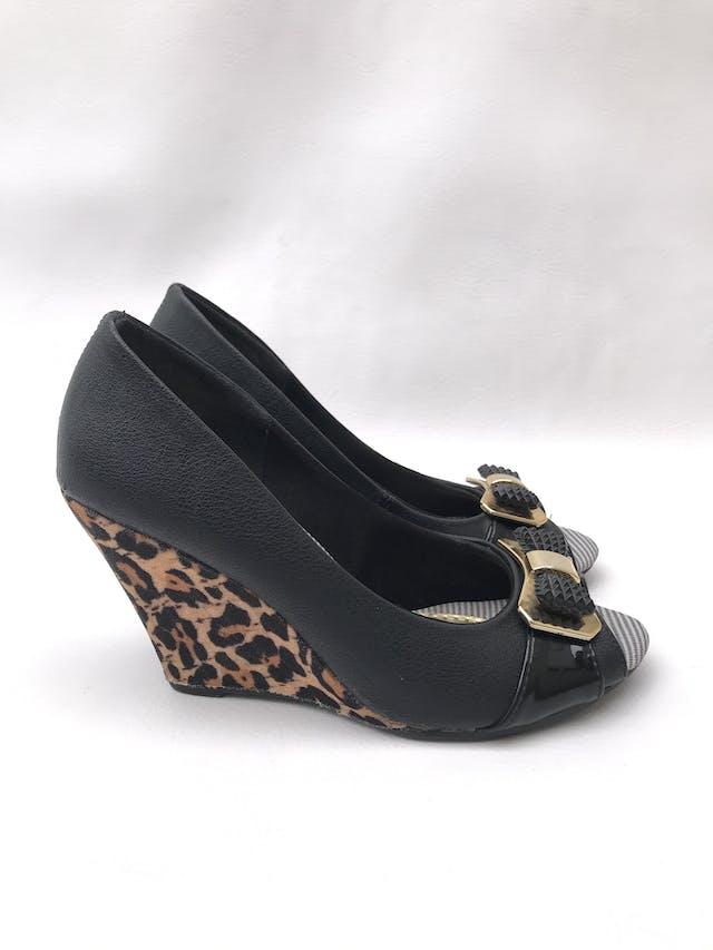 Zapatos peep toe taco cuña anima print, lazo delantero. Estado 8.5/10 foto 1