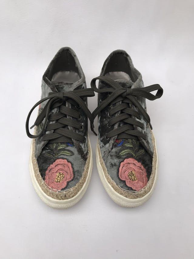 Zapatillas Clée de terciopelo verde con bordado de flores, base tipo tejida y suela crema. Estado 8.5/10 Precio original S/ 170 foto 2