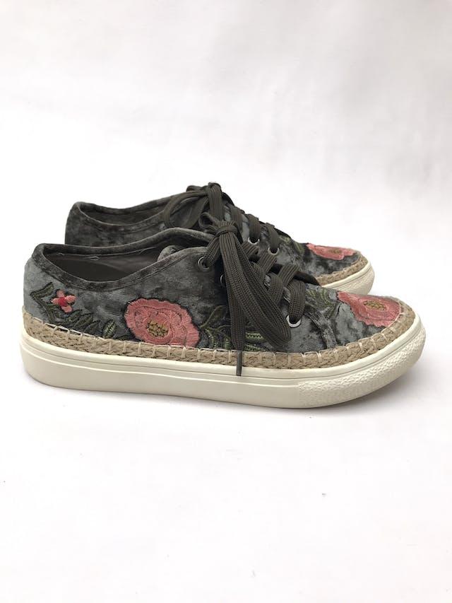 Zapatillas Clée de terciopelo verde con bordado de flores, base tipo tejida y suela crema. Estado 8.5/10 Precio original S/ 170 foto 1