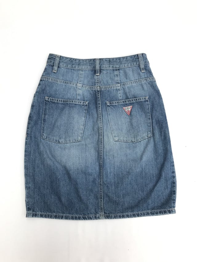 Falda Guess 100% algodón denim focalizado, pliegues, bolsillos laterales y traseros. Precio original S/ 300 Largo 54cm Talla S (28) foto 2