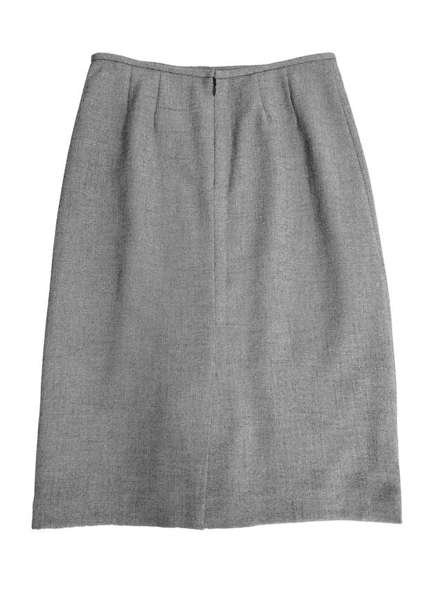 Falda Kasper gris de tela tipo sastre stretch, forrada, con cierre posterior y abertura en la basta. Cintura 76cm Largo 66cm. Excelentes acabados foto 2