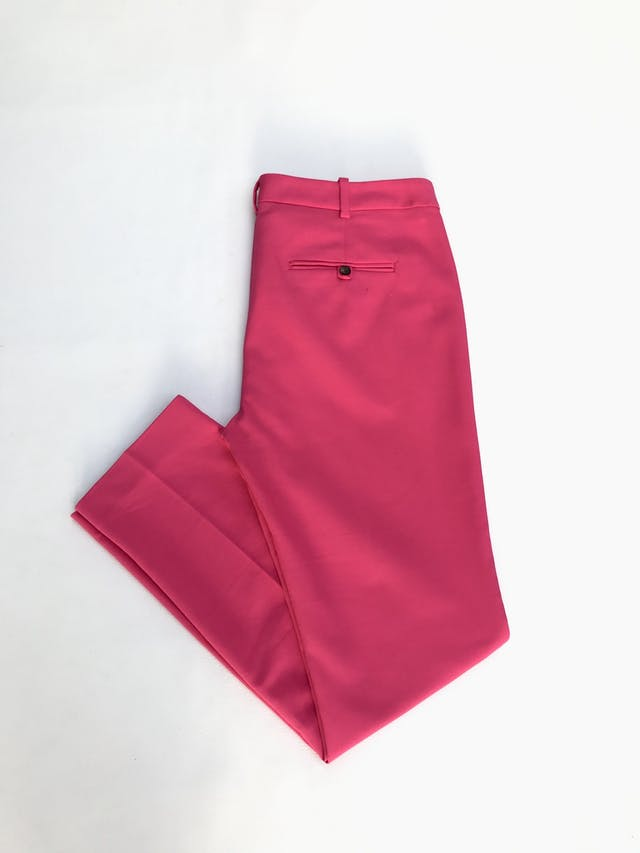 Pantalón Zara fucsia tela tipo sastre, 55% algodón con estructura, bolsillos laterales, corte slim. Precio original S/ 180 foto 2
