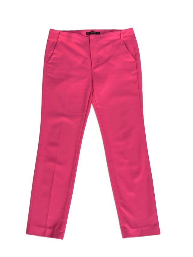 Pantalón Zara fucsia tela tipo sastre, 55% algodón con estructura, bolsillos laterales, corte slim. Precio original S/ 180 foto 1
