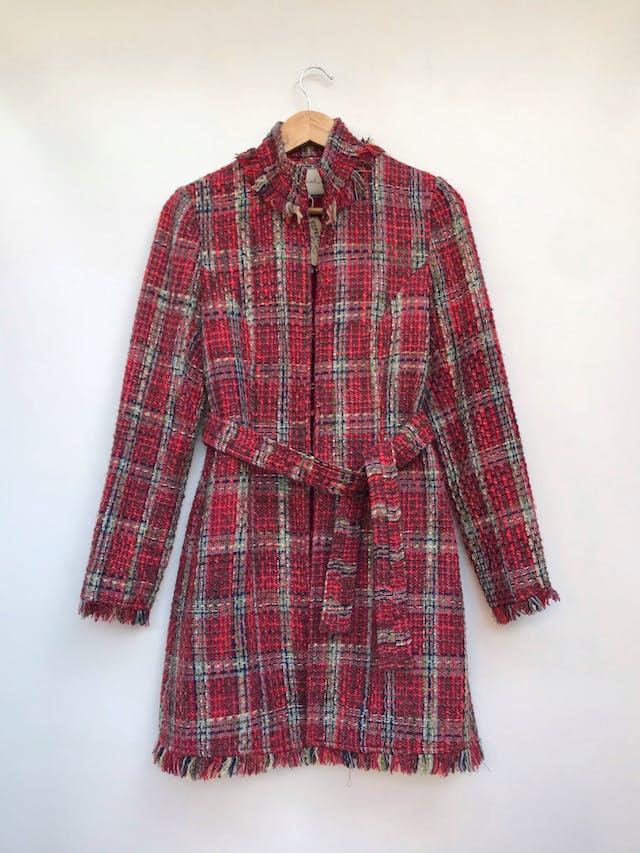 Abrigo a la rodilla Beloved, de tweed en tonos tierra y rojos, 90% lana, flecos en cuello, basta y puños, forrado, cierra con corchetes, cinturón para amarrar Talla S foto 1