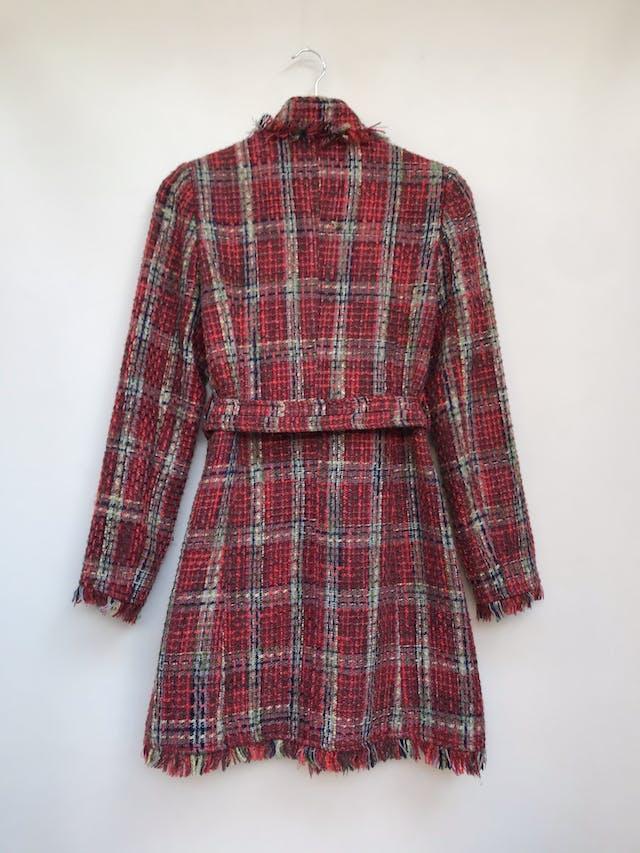Abrigo a la rodilla Beloved, de tweed en tonos tierra y rojos, 90% lana, flecos en cuello, basta y puños, forrado, cierra con corchetes, cinturón para amarrar Talla S foto 2
