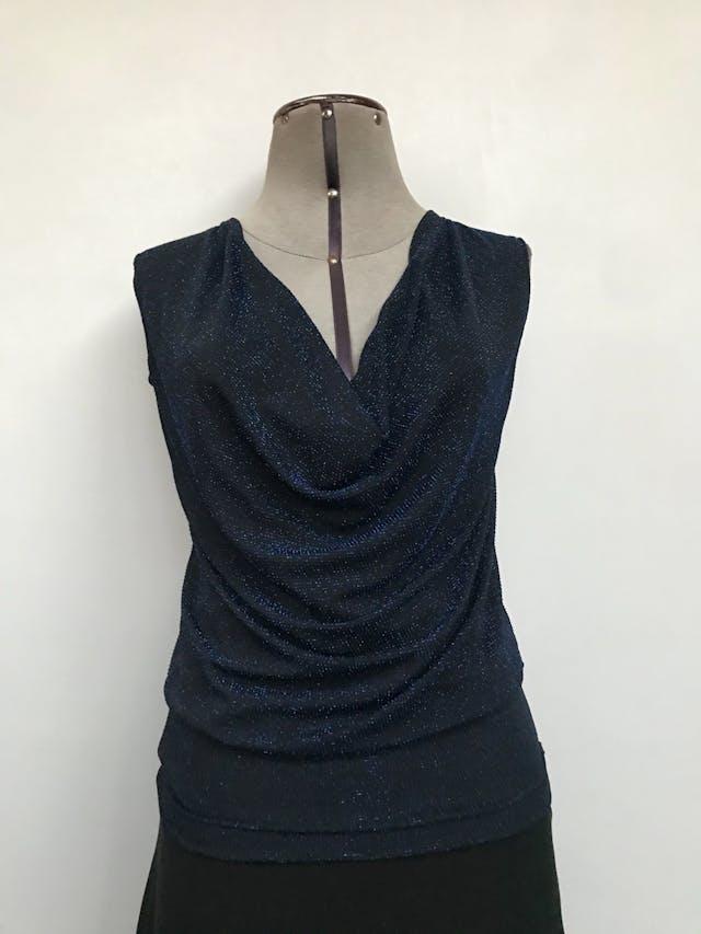 Polo negro con textura de hilos tipo escarchados, cuello caído Talla S foto 1